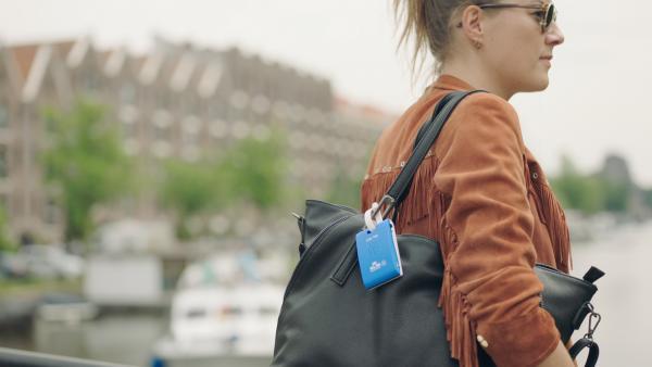 Kobieta z wywieszka KLM Care Tag